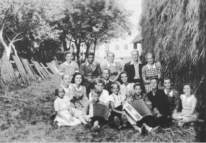 Fantje in dekleta iz Male vasi leta 1943