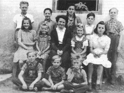 Učiteljica Tončka Grm s svojimi učenci v Spodnjem Logu