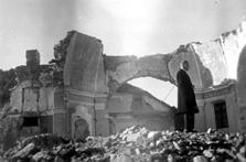 Razvaline šmarske cerkve 1950. Župnik Ivan Opeka