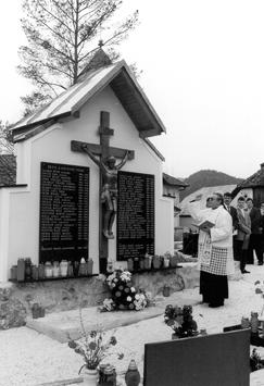 Leto 1999. Župnik Franc Baloh blagoslavlja farno spominsko ploščo
