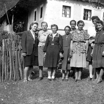 Vaške žene in dekleta leta 1940. Četrta z desne je Nanca