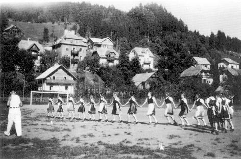Naša dekleta iz taborišča nastopajo v mestu Spittal