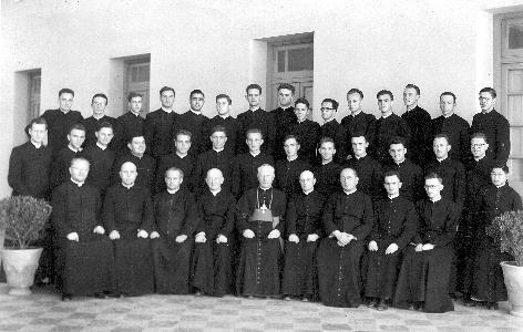 Škof Rožman med svojimi bogoslovci in duhovniki v Argentini