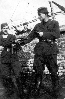 Vaški stražarji ob pokopališkem zidu – Desno Marijan Kukovica