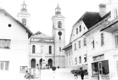 Velike Lašče. Trg pred župno cerkvijo
