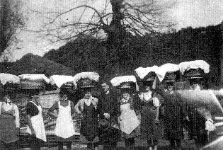 Dolenji Globodol 1942 – Velikonočni žegen – V sredini kaplan Šinkar