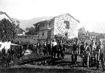 Ovinek pri prvih hišah v spodnjem delu vasi