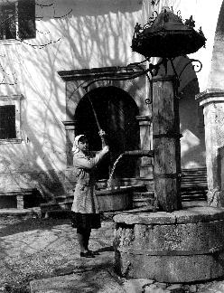 Dekle in vodnjak