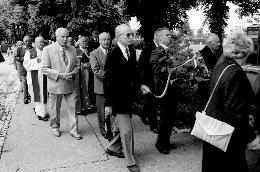Nekdanji Stražarji v sprevodu k Ehrlichovemu grobu