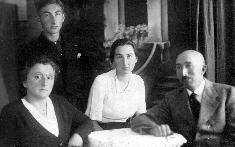 Družinska slika leta 1936 – Mama Neti, Milan, Gustica in oče Franc