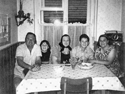 Po vojni: v sredini Marija Pirc, ob njej vnuka, na desni Danica Pirc Razpet, na levi Jože Razpet